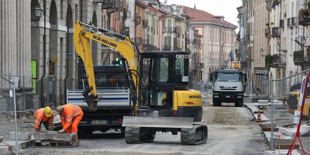 """Cuneo: """"A fine mese quale tratto di via Roma sarà libero dai cantieri?"""""""